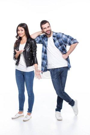 Photo pour Portrait complet de beau jeune couple debout ensemble et regardant la caméra isolée sur blanc - image libre de droit