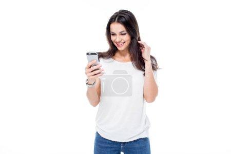 Photo pour Jolie jeune femme utilisant un smartphone et souriant isolé sur blanc - image libre de droit
