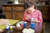 Dívka malba velikonoční vajíčko