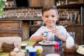 Chlapec malování kraslic