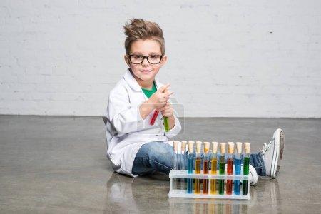 Niño con tubos de ensayo