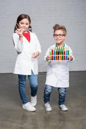 Niños con tubos de ensayo