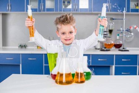 niño haciendo experimento