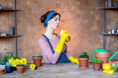 Photo pour Belle jeune jardinière tenant un flacon pulvérisateur - image libre de droit
