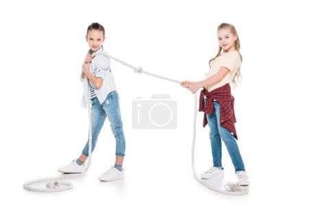 Photo pour Deux filles jouent remorqueur de guerre, enfants sport concept isolé - image libre de droit