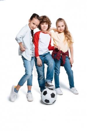 Foto de Grupo de lindo a los niños jugando al fútbol aislado sobre fondo blanco, los niños del deporte concepto - Imagen libre de derechos