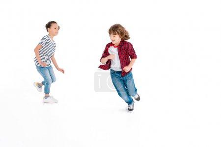 Foto de Niños graciosos jugar Catch-Up aislados en blanco, juegos de azar caracteres concepto - Imagen libre de derechos