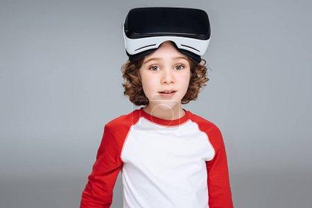 Garçon avec le casque de réalité virtuelle