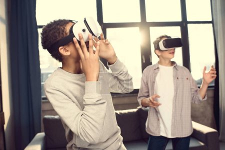 Photo pour Adolescents portant des écouteurs de réalité virtuelle à la maison, adolescents jouant concept de jeux vidéo - image libre de droit