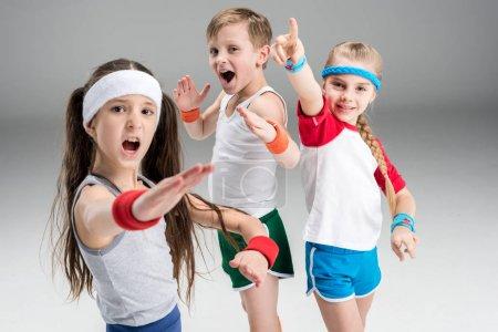 Niños activos en ropa deportiva