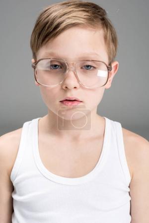 Photo pour Portrait de fatigué petit garçon à lunettes gris - image libre de droit