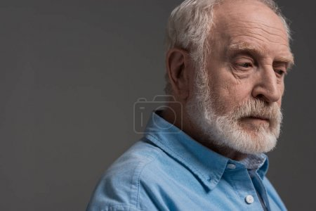 Photo pour Portrait d'un homme barbu isolé sur gris en studio - image libre de droit