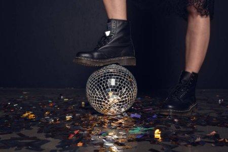 Photo pour Gros plan partiel de la jeune femme dans des chaussures élégantes debout sur boule disco brillant - image libre de droit