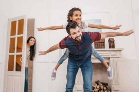 Photo pour Heureux père piggyback mignon petite fille à la maison - image libre de droit