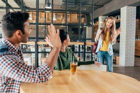 amigos multiétnicos en la cafetería