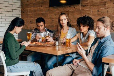 Foto de Grupo de jóvenes amigos multiétnicas, pasar tiempo en la cafetería - Imagen libre de derechos