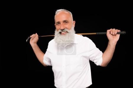 Photo pour Plan à mi-longueur d'un homme souriant portant une chemise blanche tenant un club de golf derrière ses épaules - image libre de droit