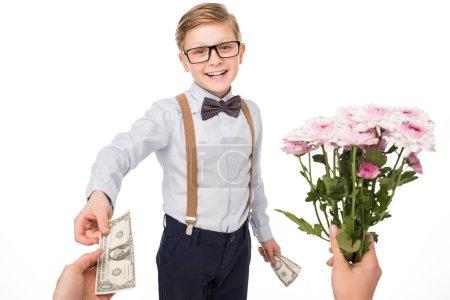 Kleiner Junge kauft Blumen