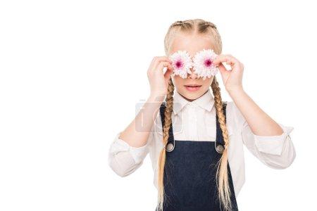 Photo pour Mignonne petite fille tenant de belles fleurs isolées sur blanc - image libre de droit
