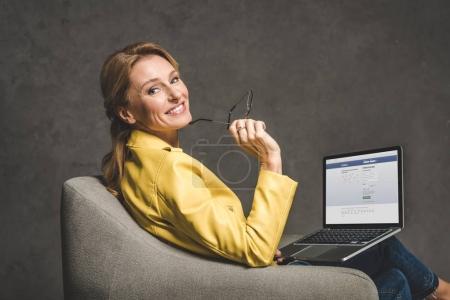 ordinateur portable avec site facebook