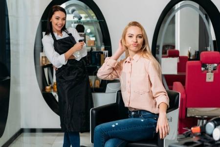 Photo pour Client faisant moustache de cheveux au salon - image libre de droit