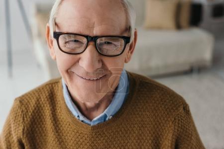 Photo pour Homme souriant senior portant des lunettes et regardant la caméra - image libre de droit