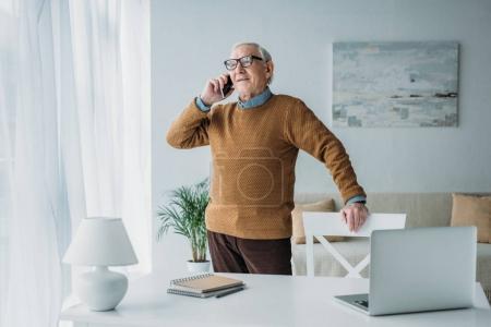 Photo pour Senior homme confiant travaillant dans le bureau et passer un appel téléphonique - image libre de droit