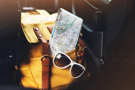 voyageur relax concept de vacances, chemin de manière planification view en trajet vacances, hipster randonneur jaune sac à dos closeup et navigation carte touristique europe sur fond auto voiture transport, voyage dans les transports