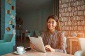 Femelle financier est la lecture des nouvelles financières sur internet via le pavé tactile