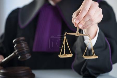 Photo pour Justice et droit. Juge masculin dans une salle d'audience avec le marteau et de travailler avec le livre - image libre de droit