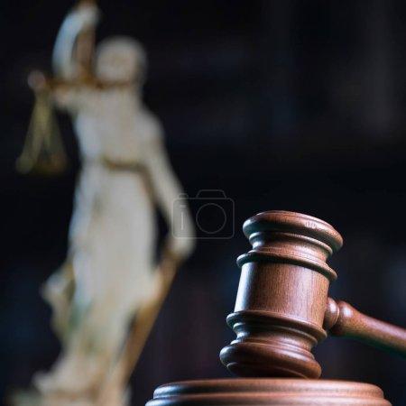 Photo pour Notion de droit et Justice, marteau de juge, maillet en bois - image libre de droit