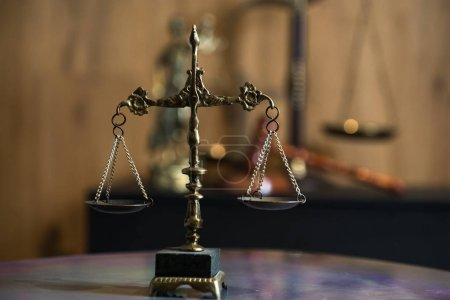 Photo pour Symbole Vie morte de la loi et de la justice - échelles sur fond de table. - image libre de droit