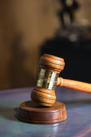 Photo pour La nature morte du droit et de la justice à la table. - image libre de droit