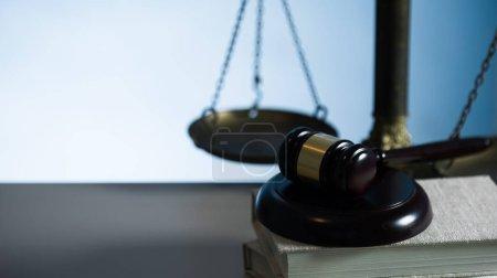 Photo pour Symboles du Droit et de la Justice sur fond de table en bois. - image libre de droit