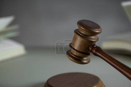 Photo pour Symbole de la vie morte de la loi et de la justice - marteau sur fond de table en bois. - image libre de droit
