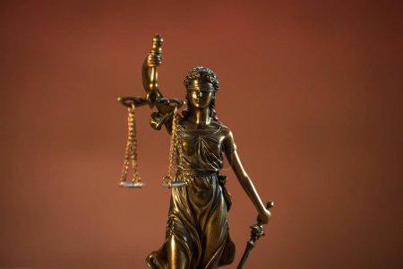 Photo pour Déesse aveugle Themis sur fond de table en bois. - image libre de droit