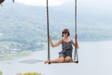 Foto de Sexy joven aldy que hace pivotar sobre el precipicio en la mágica isla de Bali tropical. - Imagen libre de derechos