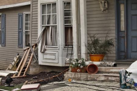 Photo pour Maison en bois endommagée par la catastrophe . - image libre de droit