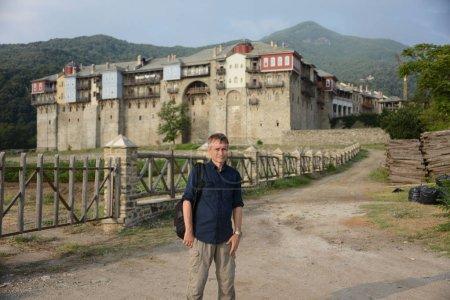Pèlerin sur le fond du monastère d'Athos
