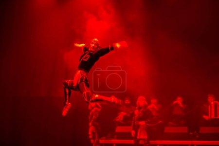 Photo pour Belarus, Gomel, 27 février 2018. Salle de concert. Discours du ballet géorgien national Sukhishvili.Le danseur géorgien a sauté haut tout en exécutant la danse sur scène avec un feu rouge - image libre de droit