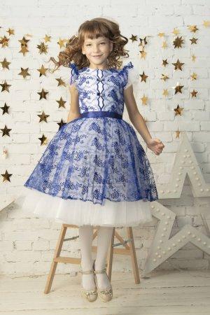 Photo pour Belle petite fille enfant dans une robe élégante . - image libre de droit