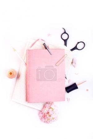 Photo pour Maquette de travail avec ordinateur portable en cuir rose, lunettes et vue de dessus des accessoires dorés. Plat poser avec espace de copie. Notion de style travail féminin. - image libre de droit