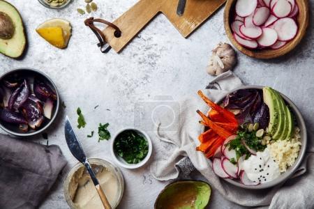 Photo pour Bol de fraîche végétarienne saine pour le déjeuner avec les carottes cuites et oignon rouge, taboulé et tranches d'avocat. Concept simple et coloré des aliments biologiques. Plat poser avec espace copie. - image libre de droit