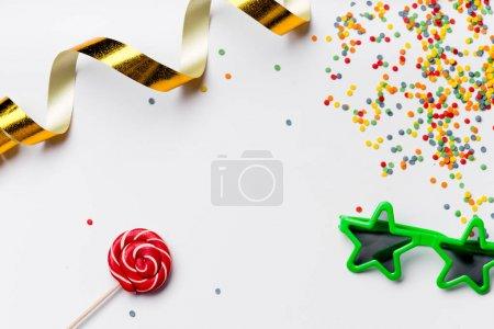 Photo pour Collection d'accessoires de fête colorés isolés sur fond blanc, gros plan - image libre de droit