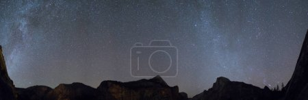 Voie lactée Galaxie sur la vallée panoramique de Yosemite .