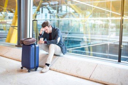 Photo pour L'homme bouleversé à l'aéroport, que son vol est retardé - image libre de droit