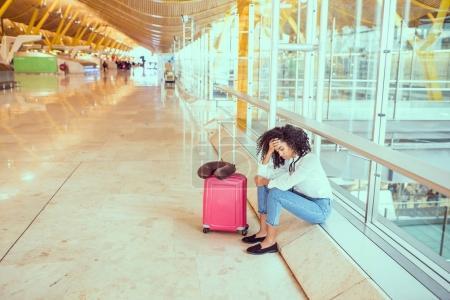 Photo pour Femme triste et malheureuse à l'aéroport avec vol annulé - image libre de droit