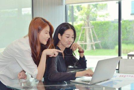 Photo pour Femmes d'affaires asiatiques discutant entre eux - image libre de droit
