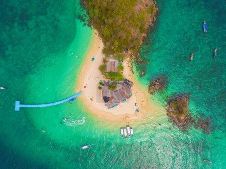 Photo pour Vue aérienne de la plage de Koh Khai, une petite île, avec foule de personnes, touristes, eau de mer turquoise bleue avec mer d'Andaman dans l'île de Phuket en été, Thaïlande en voyage. Paysage naturel . - image libre de droit