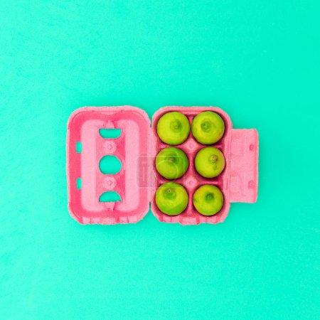 Foto de Caja de huevos con limas Diseño mínimo art. Idea creativa - Imagen libre de derechos